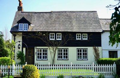 Domy mieszkalne wolnostojące, w zabudowie szeregowej, bliźniaczej, kamienice